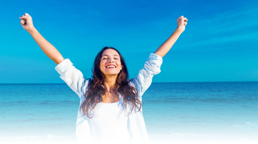 Dm-Harmonics-endlich mehr geld verdienen-Frau streckt freudig ihre Arme in die Luft