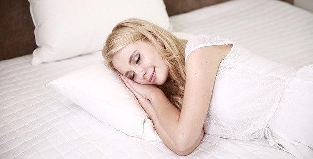 Dm-Harmonics-besser schlafen-Frau schläft friedlich im Bett