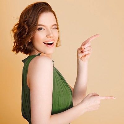 DM-Harmonics-Leicht und einfach abnehmen-Frau zeigt mit beiden Fingern auf etwas