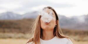 dm-harmonics-rauchen-aufhoeren-frau-raucht