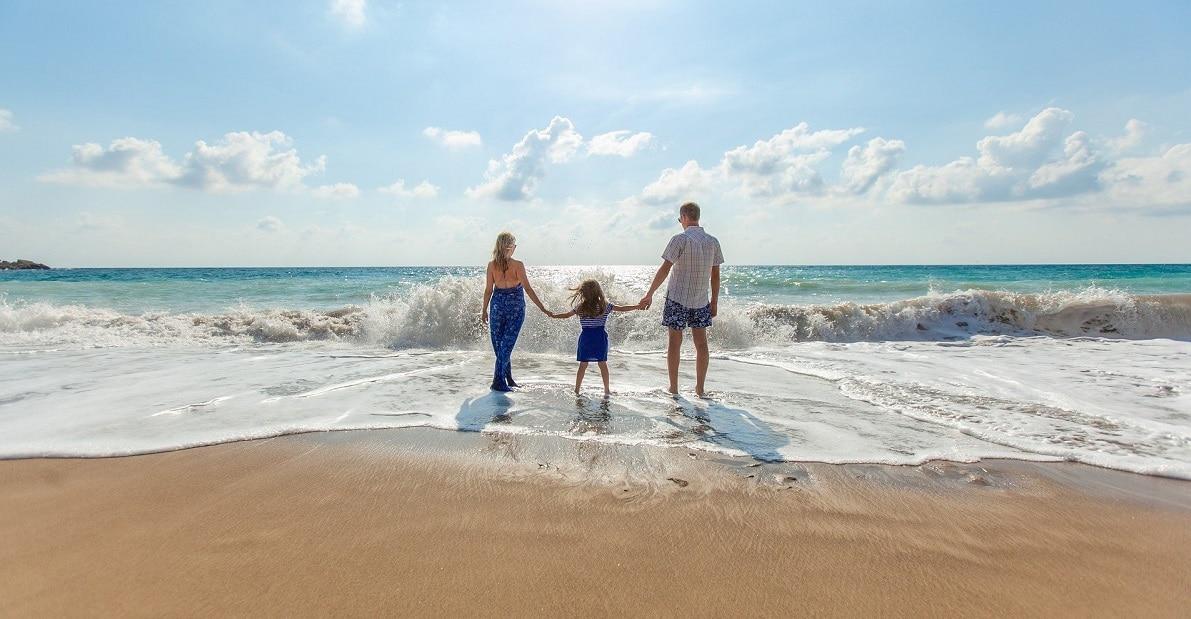 raus-aus-dem-hamsterrad-endlich-mehr-geld-verdienen-familie-am-strand