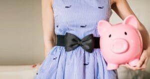 mehr-geld-zum-leben-haben-frau-mit-sparschwein